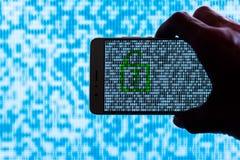 Räcka att rymma en smartphone med ett binärt skåp låst upp royaltyfria bilder