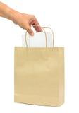 Räcka att rymma en vit ask i shoppingpåsar för brunt papper arkivbilder