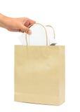 Räcka att rymma en vit ask i shoppingpåse för brunt papper royaltyfri fotografi