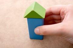 Räcka att rymma ett hus bildat ut ur byggnadskvarter royaltyfri foto