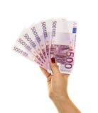 Räcka att rymma 500 europengar på vit bakgrund Arkivbilder