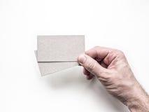 Räcka att rymma två affärskort på den vita väggen, modell Arkivbild