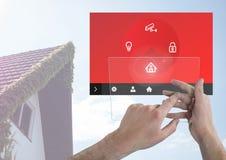 Räcka att trycka på en minnestavla och en manöverenhet för system App för hem- automation arkivfoton