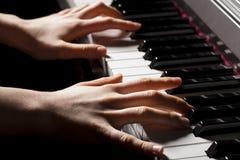 Räcka av en pianist Royaltyfri Fotografi