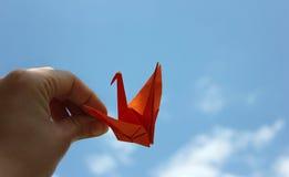 in i skyorigamifågeln royaltyfri foto