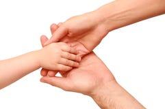 Räcka barnet i förälderhänderna Royaltyfria Bilder
