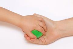 Räcka barnförsöken att ta den bort gröna bollmamman Arkivbilder