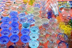 Räcka blåste/målade färgrika exponeringsglas på skärm Royaltyfria Bilder
