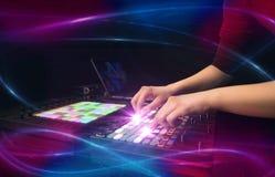 Räcka blandande musik på dj-kontrollant med vågvibebegrepp Arkivbild
