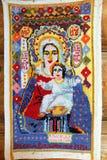 Räcka den broderade symbolen av modern av guden av den okända hantverkaren - prövkopia av rysk folkkonst i en liten lantlig kyrka royaltyfri bild