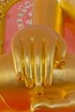 Räcka den buddha statyn i tempel Arkivfoto