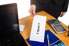 Räcka den hållande avsägelsebokstaven på skrivbordet av framstickandet Royaltyfri Fotografi
