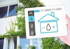 Räcka den hållande digitala minnestavlan med symboler för hem- säkerhet Arkivbild