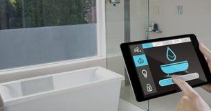 Räcka den hållande digitala minnestavlan med symboler för hem- säkerhet på skärmen Arkivbilder