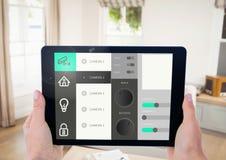 Räcka den hållande digitala minnestavlan med symboler för hem- säkerhet på skärmen Royaltyfri Foto