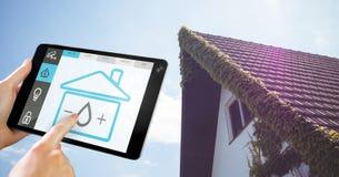 Räcka den hållande digitala minnestavlan med symboler för hem- säkerhet på skärmen Arkivfoto
