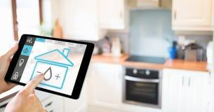 Räcka den hållande digitala minnestavlan med symboler för hem- säkerhet på skärmen Royaltyfria Bilder