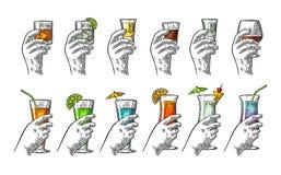 Räcka den hållande glass tequilaen, vodka, rom, konjak, whisky, gin, coctail stock illustrationer