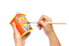 Räcka den hållande målarpenseln och målning som isoleras på vit backgroun Fotografering för Bildbyråer