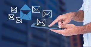Räcka den hållande minnestavlan med emailsymboler för meddelandet 3D Arkivfoto