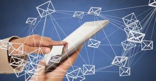 Räcka den hållande minnestavlan med symbolen för meddelanden för emailen 3D förbindelse Fotografering för Bildbyråer