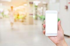 Räcka den hållande mobila smartphonen med doktorer och sjuksköterskor royaltyfri fotografi