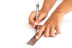 Räcka den hållande pennan och linjalen som isoleras på vit bakgrund Royaltyfria Bilder