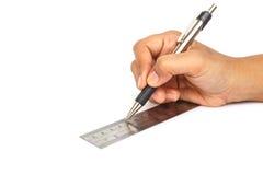 Räcka den hållande pennan och linjalen som isoleras på vit bakgrund Royaltyfria Foton