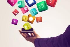 Räcka den hållande smartphonen med massmediasymboler och symbol Fotografering för Bildbyråer