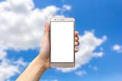 Räcka den hållande smartphonen med tomt avskärmer Royaltyfri Bild