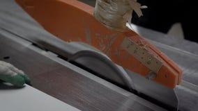 Räcka den hållande vita träpanelen och klipp med det skarpa tekniska bladet stock video