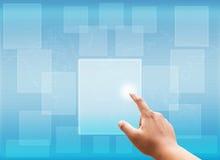 Räcka den rörande faktiska skärmen av det sociala nätverket och sökande Arkivfoto