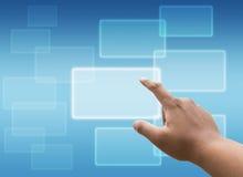 Räcka den rörande faktiska skärmen av det sociala nätverket och sökande Arkivbild