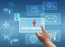 Räcka den rörande faktiska skärmen av det sociala nätverket och sökande Arkivfoton