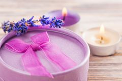 Räcka den tillverkade purpurfärgade gåvan med pilbågen, lavendel Arkivfoto