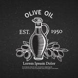 Räcka den utdragna dekorativa etiketten med en flaska av olja Royaltyfri Foto
