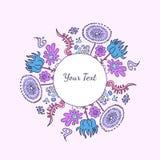 Räcka den utdragna dekorativa runda färgrika prydnaden med blommor och n Arkivfoto