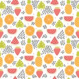 Räcka den utdragna färgrika sömlösa modellen med tropiska frukter och sidor gullig sommar för bakgrund Idérik textur Arkivbilder