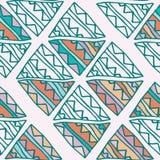 Räcka den utdragna färgrika triangeln den sömlösa modellen med gräsplan, rosa färgen, blått, apelsindetaljer Klottertrianglar på  vektor illustrationer