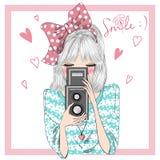 Räcka den utdragna härliga gulliga flickan med kameran i händer royaltyfri illustrationer