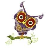 Räcka den utdragna violetta och gula färgrika tecknad filmugglan på den gröna filialen för att färga sidan och trycket Fotografering för Bildbyråer