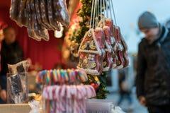Räcka det dekorerade pepparkakahuset på skärm på Gendarmenmarkt, B royaltyfri foto