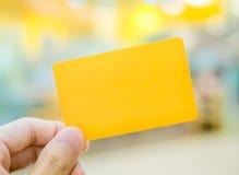 Räcka det hållande kortet Fotografering för Bildbyråer