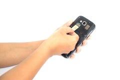 Räcka det hållande simkortet och sätt in i den isolerade smartphonen på vit Royaltyfri Bild