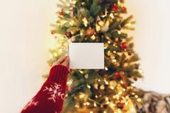 Räcka det hållande tomma tomma kortet på bakgrund av härlig christm Royaltyfri Bild