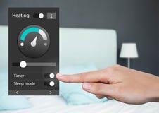 Räcka det rörande systemet för hem- automation som värmer App-manöverenheten arkivbilder