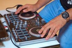 Räcka en discjockey som rör i ditt, väljer upp royaltyfria bilder