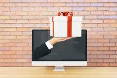 Räcka gåva från skärmen Arkivfoton
