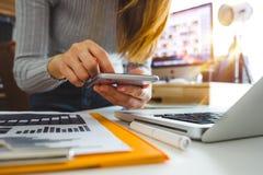 Räcka genom att använda den smarta telefonen, minnestavlabetalningar och innehavkreditkortonline-shopping, omnichanne fotografering för bildbyråer