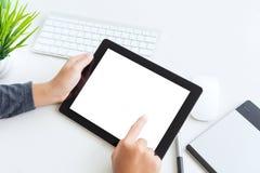 Räcka genom att använda digitalt minnestavlafingerhandlag den tomma skärmen royaltyfria bilder